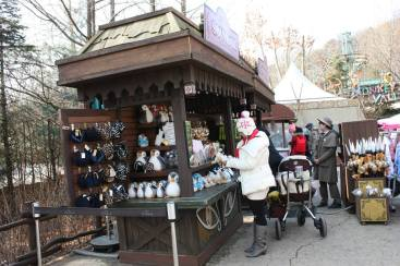 紀念品售攤,都以動物模樣的暖耳帽或頭飾為主。