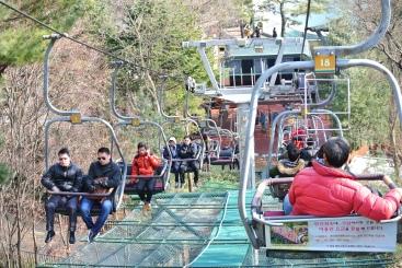 這個 Sky Human 是一個斜草坪的吊車,很 Relax。有些人甚至就很簡易的把嬰兒車掛在吊車後,手抱著嬰兒就坐上車去。