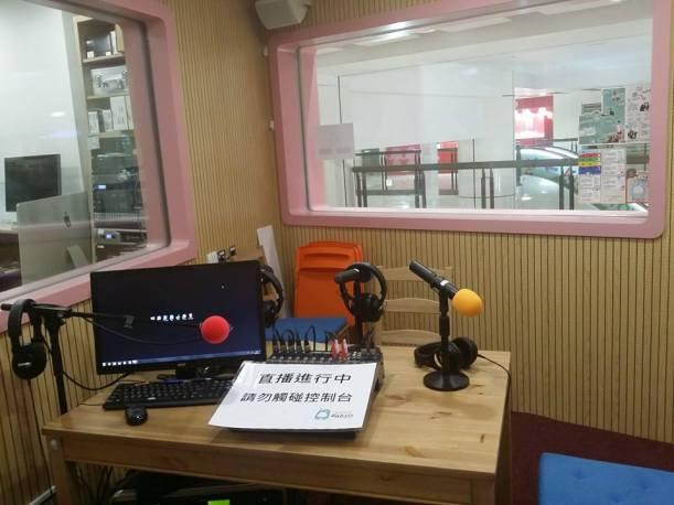 這是小主播訓練室,但設備已達很多小型電台的水平。在節目進行中,商場的走廊會聽到,大小小孩都會停在窗前觀看播音室裡的一切。