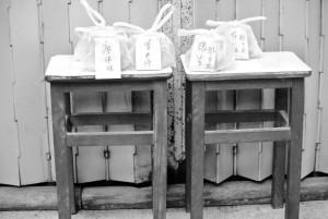 在中藥店門外,竟然放著一包包的藥等早上來看症的病人自來領藥;長洲的街坊情確實很獨特。