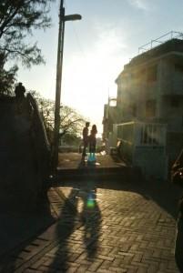 眼前夕陽輕斜,輕靠情人呢噥。