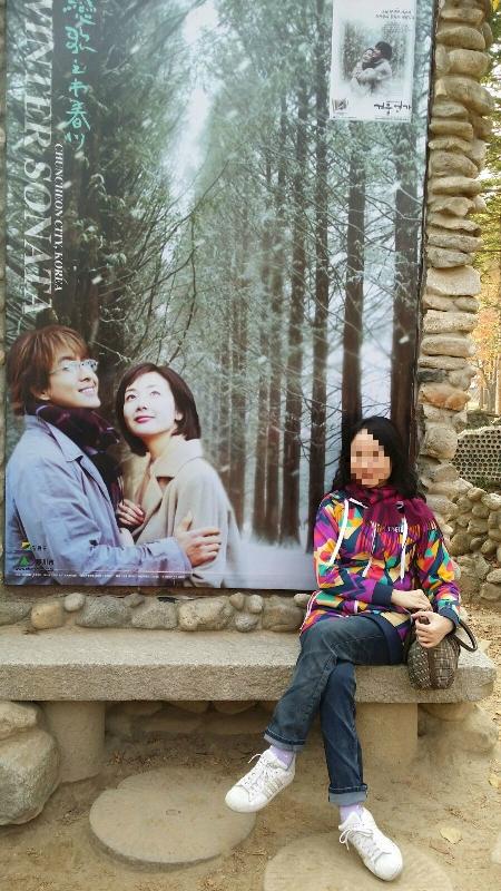 要跟這韓劇劇照拍合照,人龍竟然比在那夾道原樹的拍攝點還要長。 很多遊人更加變身主角,裝著摟/被摟的動作。在旁觀看的不好意思笑。